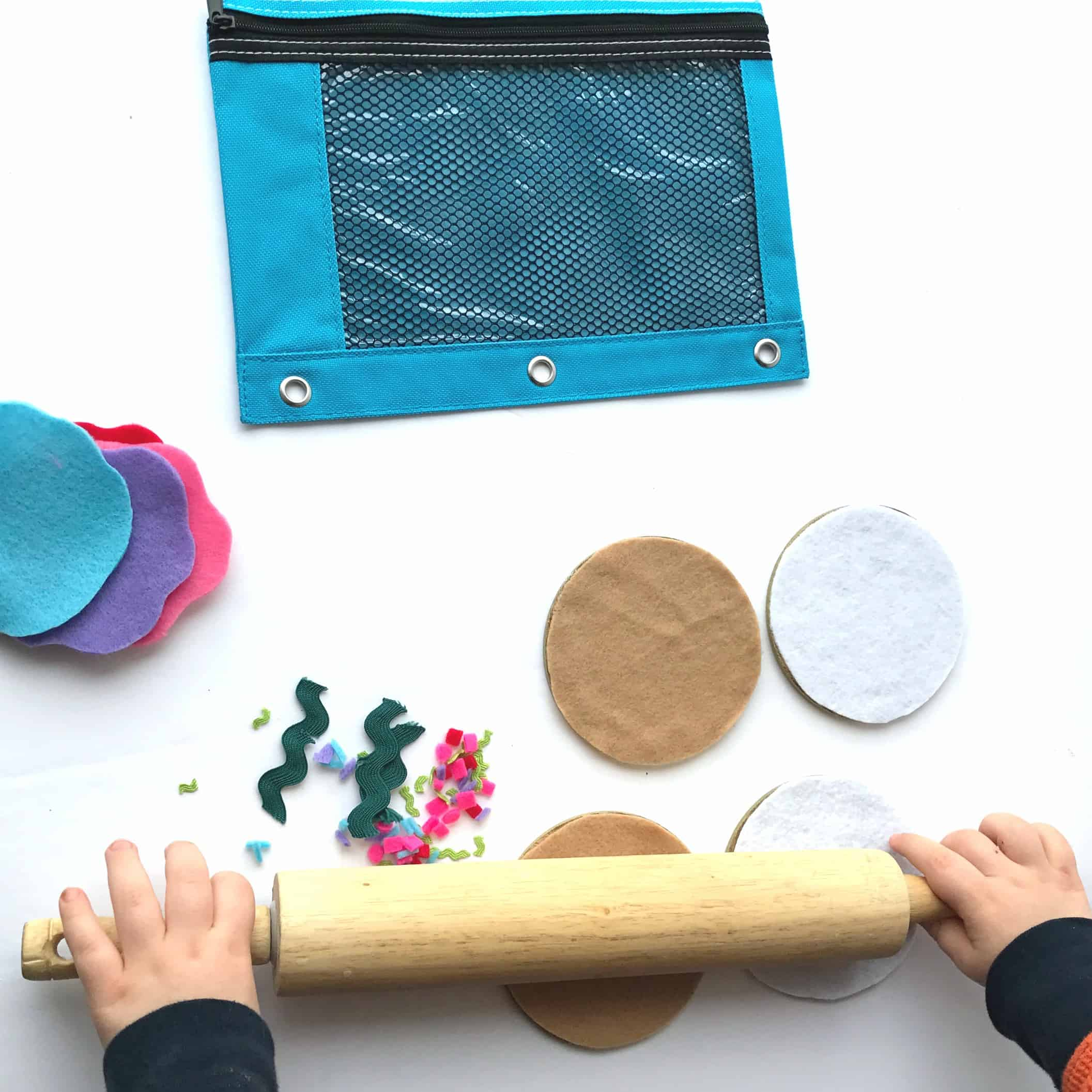 This felt cookie busy bag is perfect for toddlers and preschoolers and allows for creativity and independent play in conjunction with the book, If You Give a Mouse a Cookie!