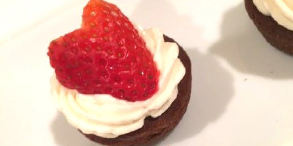 No-Bake Strawberry Cheesecake Brownie Bites